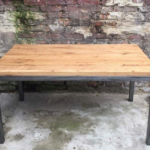 stół drewniany z metalowymi nogami