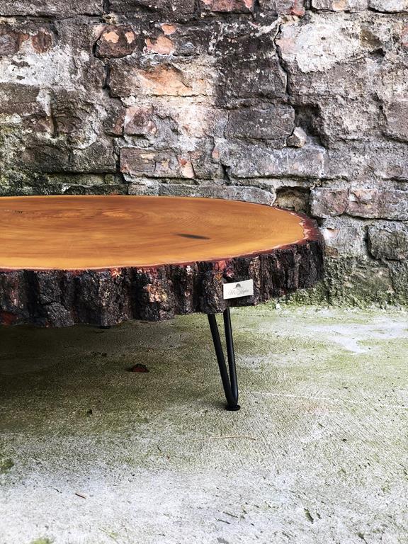 Stolik z naturalnego drewna z metalową podstawą