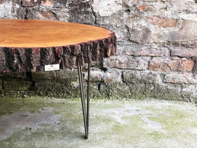 Stolik kawowy w naturalnym kształcie drewna z metalową podstawą