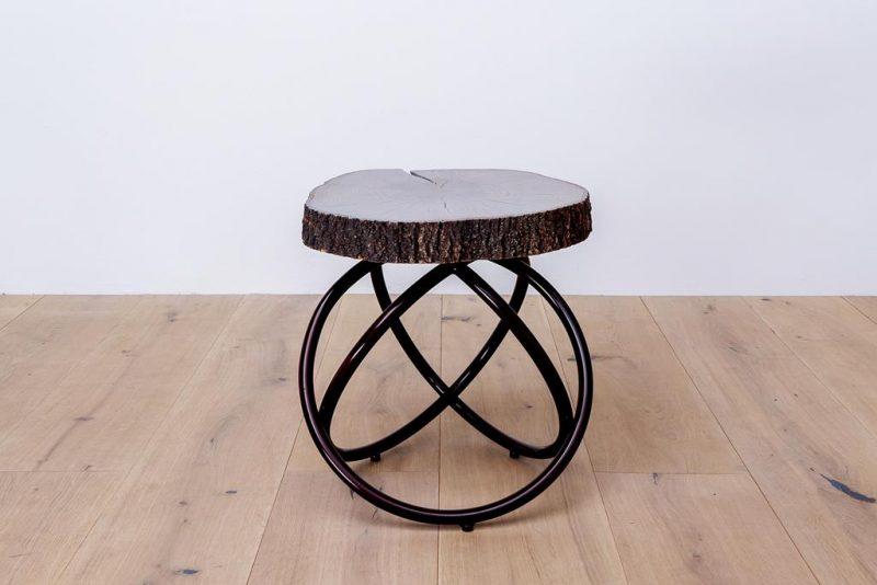 Drewniany stolik nocny w połączeniu z metalem