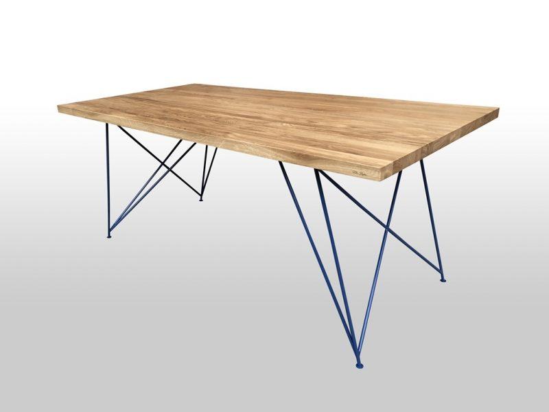 Drewniany stół z kolorowymi metalowymi nogami