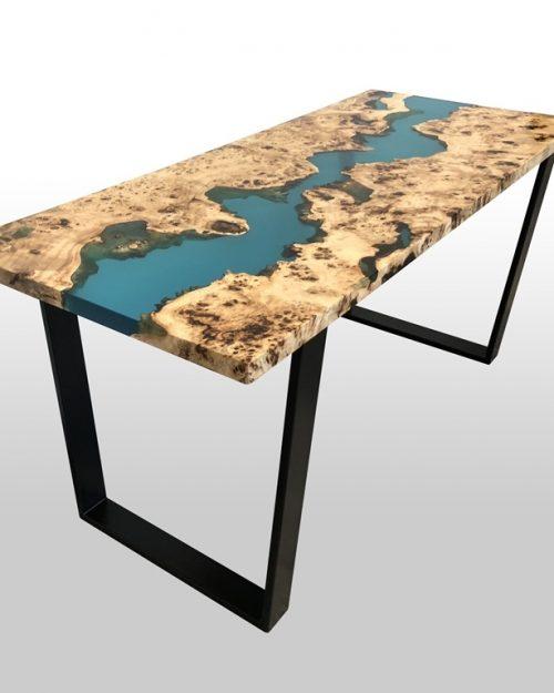 Stół z kolorową żywicą z metalowymi nogami