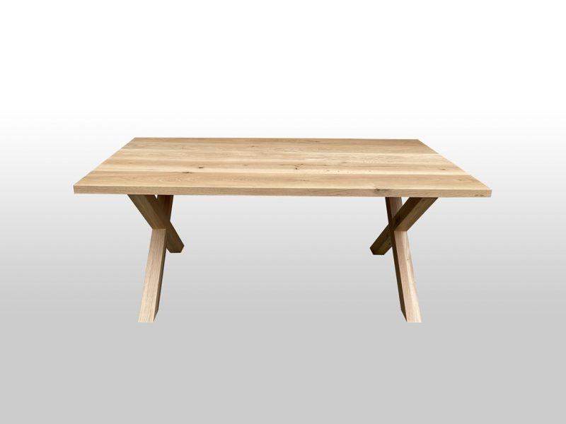 Stół do mieszkania wykonany z drewna