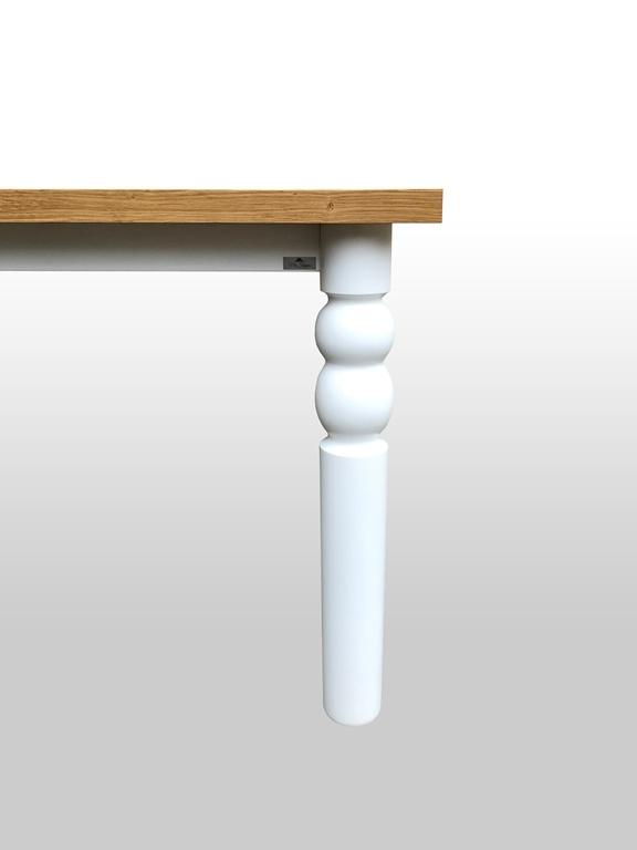Stół do mieszkania z ozdobną białą nogą