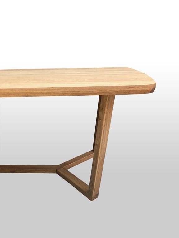 Elegancki stół do mieszkania