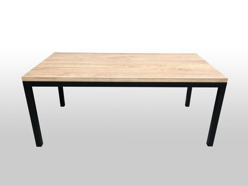 Drewniany stół z metalowymi nogami