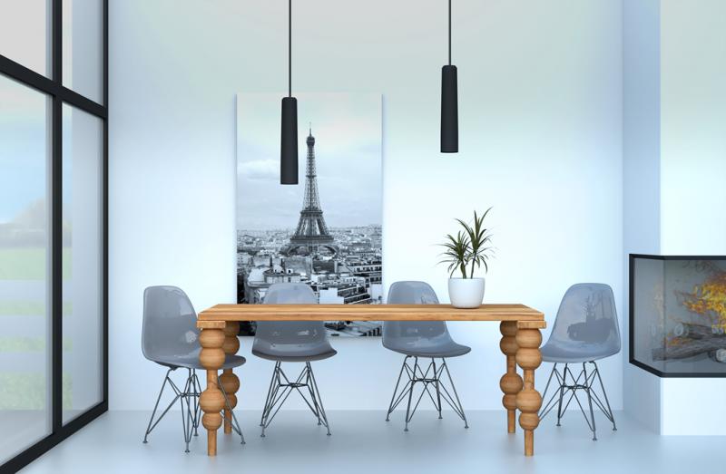 Wnętrze z drewnianym stołem