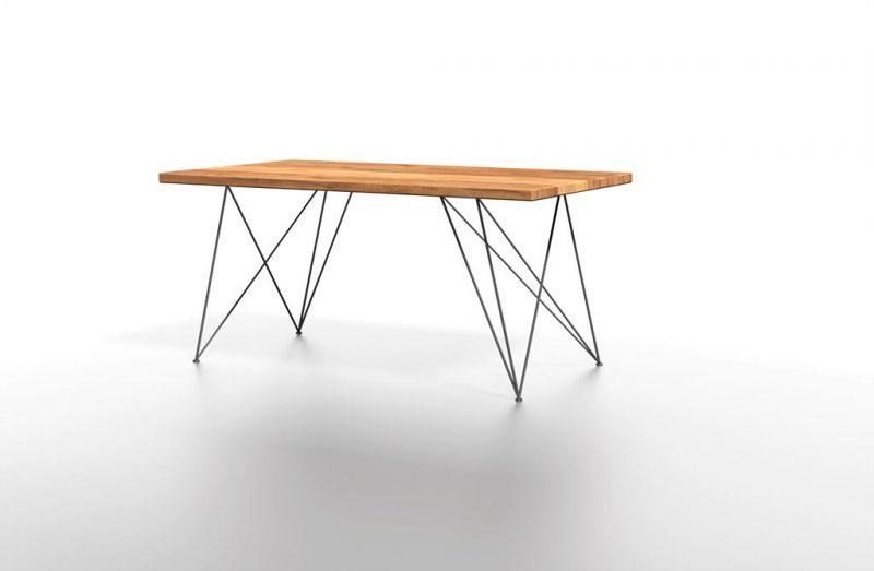 Stół z naturalnego drewna z niebieskimi nogami