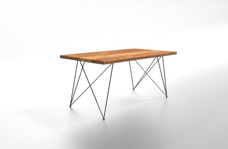 Drewniany stół z metalową podstawą